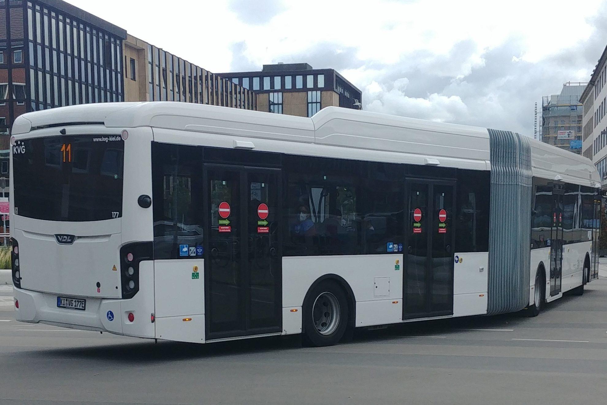 Weißer KVG-Bus fährt am Holstenfleet