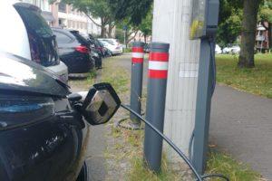 Elektroauto angeschlossen an Ladesäule