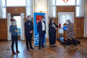 Gesa Langfeldt gibt den Eckehard-Raupach-Preis an Vertretung der AWO-Strandfahrten