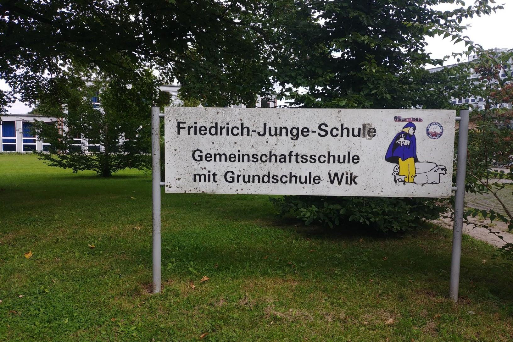 Schild Friedrich-Junge-Schule. Gemeinschaftsschule mit Grundschule Wik