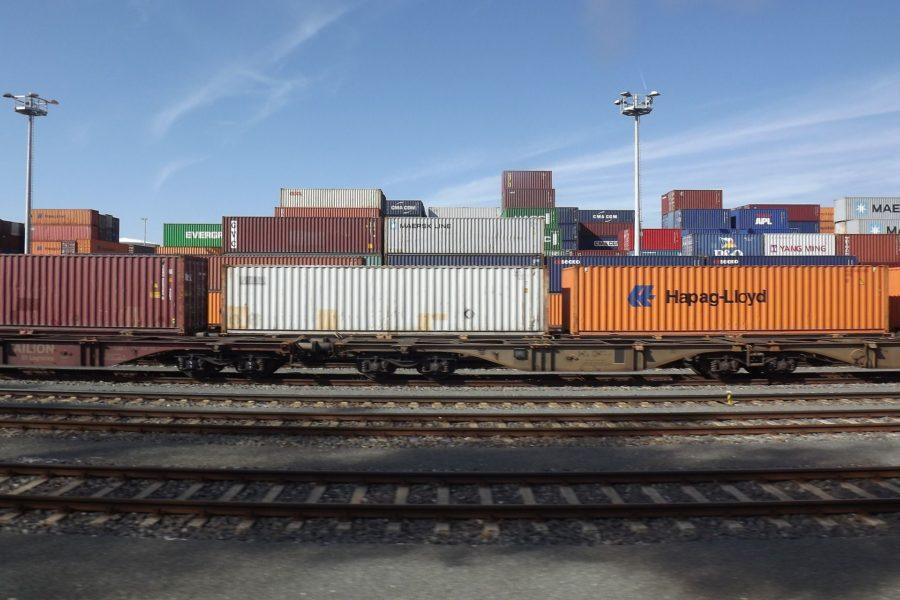Güterwaggons auf Schienen
