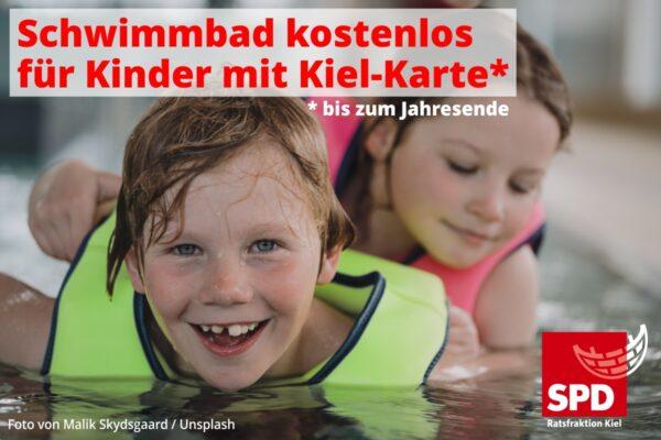 Kinder planschen im Wasser